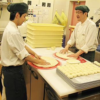 生地から手作り!冷凍生地不使用!ビバホームにあるオールスクラッチのベーカリー&カフェでパン製造